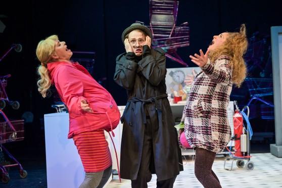 01-TheaterMagdeburg-Bezahlt-wird-nicht_HP1_00628-133_Iris_Albrecht__Matthias_Rheinheimer__Lea_Wegmann_c_NilzBoehme